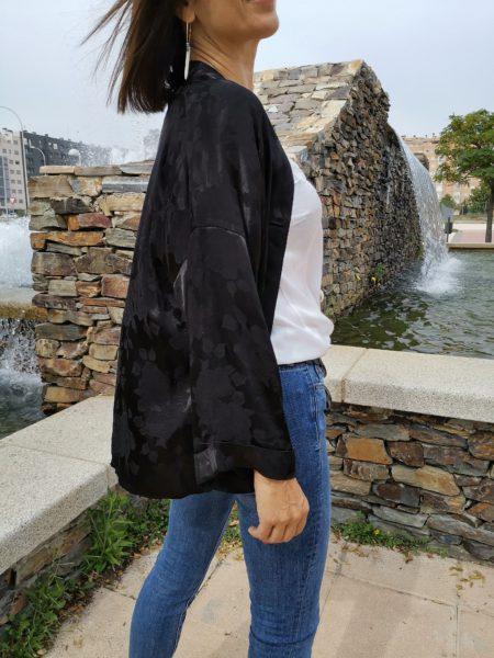 kimono-negro-satinado-estampado-floral