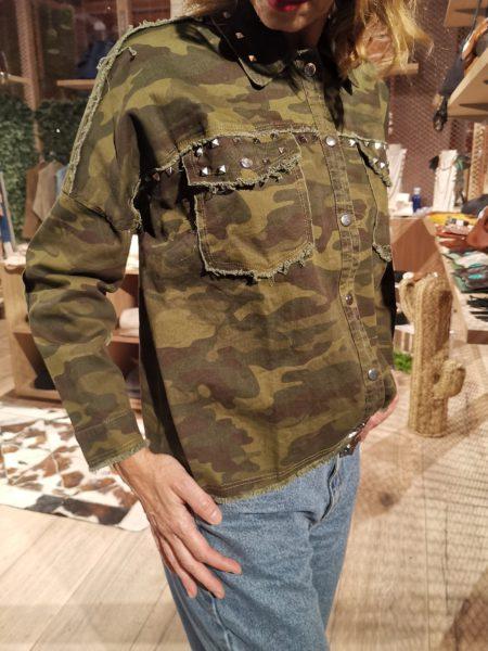 chaqueta-camuflaje-sahara-verde-decorada-con-tachas-bohochic7